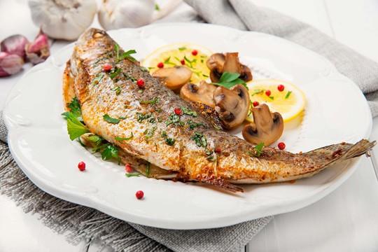 Ніжна рибка з лимонним соком і італійськими травами